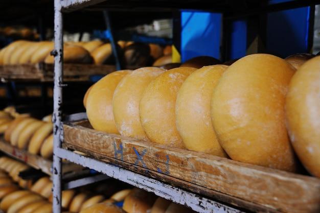 Świeży chleb na półce w piekarni