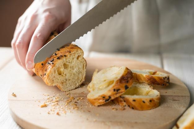 Świeży chleb na stole
