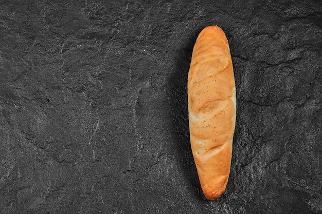 Świeży chleb pszenny baton.