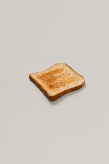 Świeży chleb tostowy na szarej powierzchni z promieniami słonecznymi