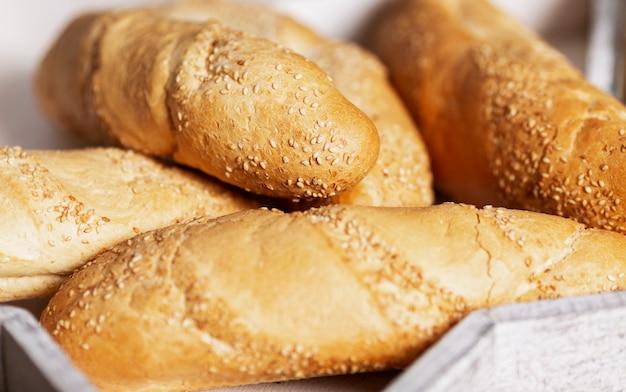 Świeży chleb w drewnianym koszu. zbliżenie.