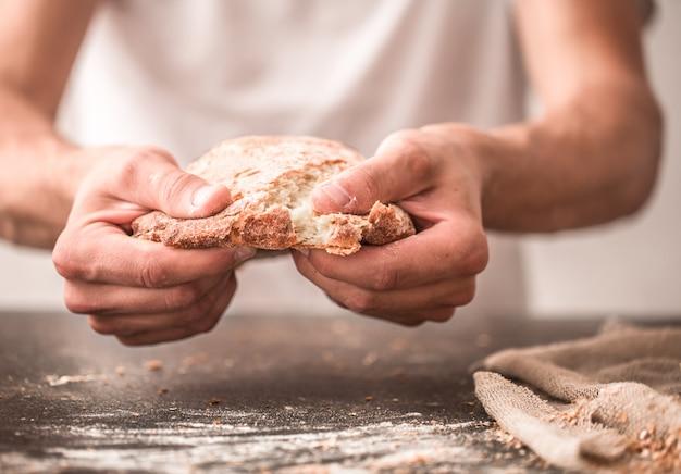 Świeży chleb w ręce zbliżenie na