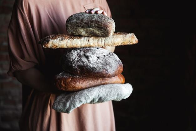 Świeży chleb w rękach piekarza. jedzenie, pieczenie