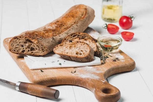 Świeży chleb z nożem na tnącej desce
