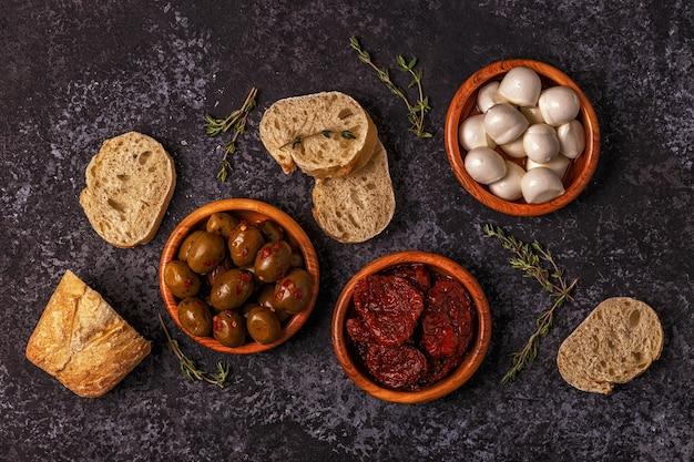 Świeży chleb z przekąskami