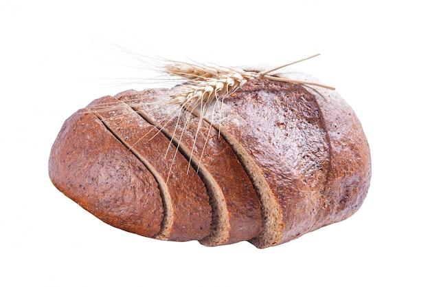 Świeży chleb żytni pokrojony z szyszka na białym tle