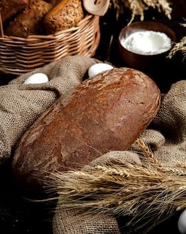 Świeży czarny chleb na stole
