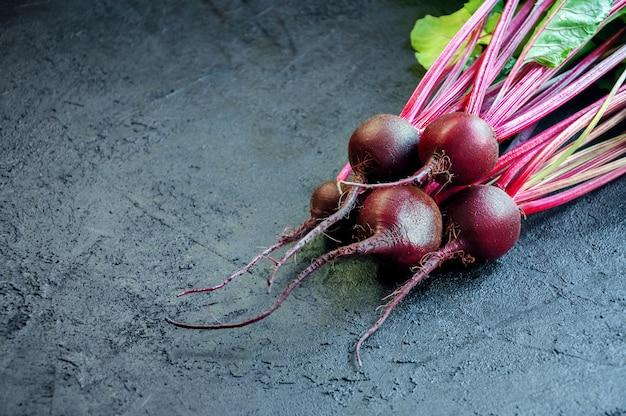 Świeży dojrzały burak. jedzenie organiczne.