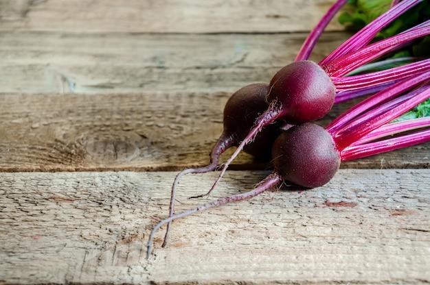 Świeży dojrzały burak na starym drewnianym stole. jedzenie organiczne.