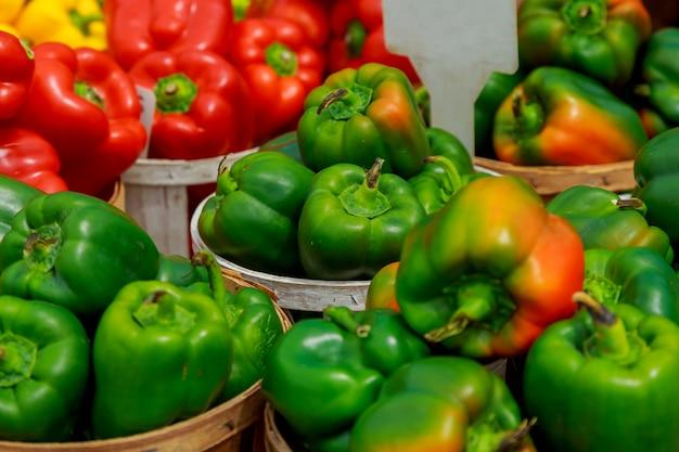 Świeży dojrzały czerwony słodki dzwonkowy pieprz w pudełku na sprzedaży przy sklepu spożywczego sklepem spożywczym.