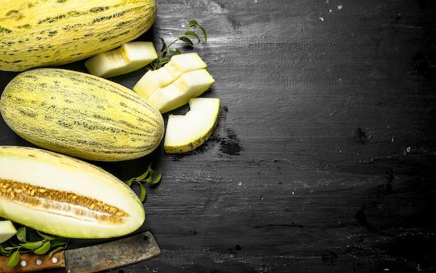 Świeży dojrzały melon na czarnej tablicy