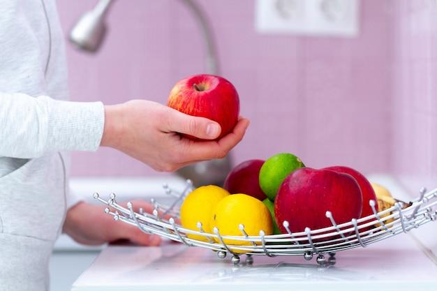 Świeży dojrzały owocowy puchar na stole w kuchni w domu. witaminy, ekologiczne produkty ekologiczne do zdrowej przekąski. czyste jedzenie, właściwe odżywianie. dieta