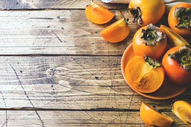 Świeży dojrzały persimmon na drewnianym stole