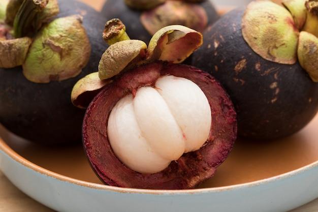 Świeży dojrzały purpurowy mangostan
