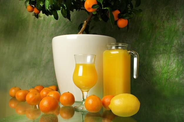 Świeży dojrzały sok mandarynowy i cytryna