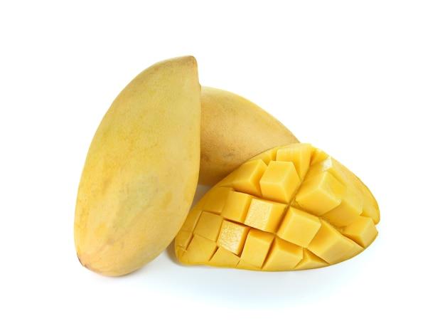 Świeży dojrzały żółty mango odizolowywający