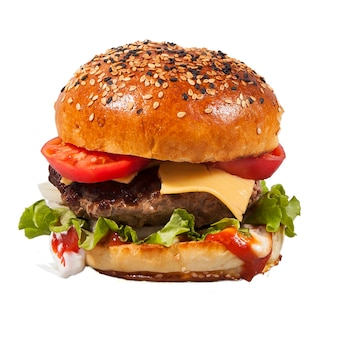 Świeży domowy burger z bułką posypaną sezamem