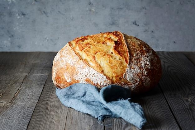 Świeży domowy chleb. chrupiący. bagietka.