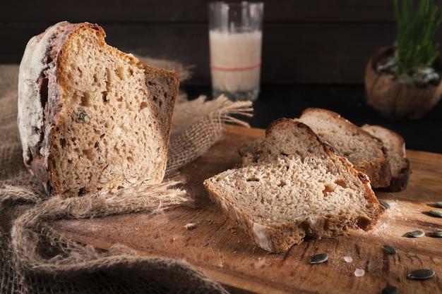 Świeży domowy chleb na zakwasie w słońcu, częściowo pokrojony
