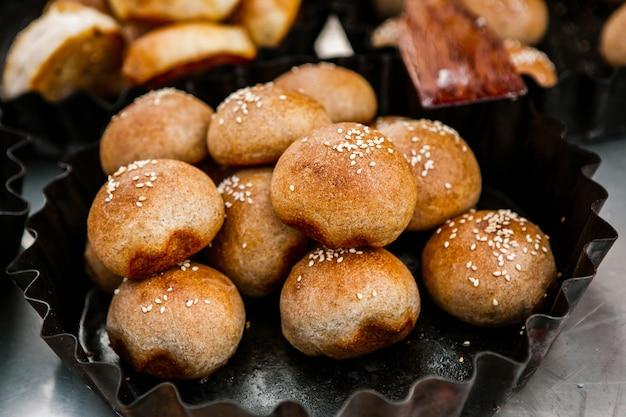Świeży domowy chleb wyjęty z pieca opalanego drewnem
