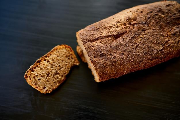 Świeży domowy chleb żytni bez drożdży