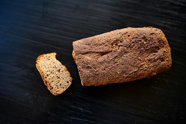 Świeży domowy chleb żytni na blacie stołu