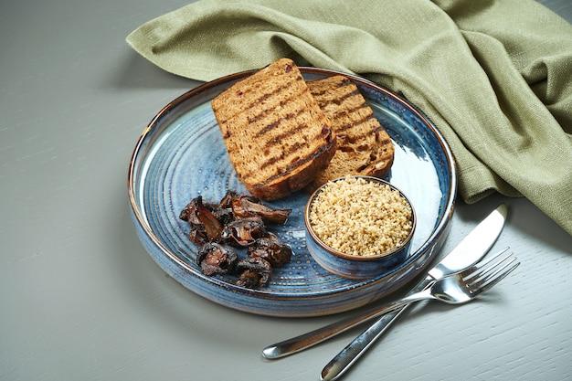 Świeży domowy pasztet z kurczaka lub wątroby kaczki z chlebem, grzankami w niebieskim talerzu. skopiuj miejsce jedzenie w restauracji. antipasto