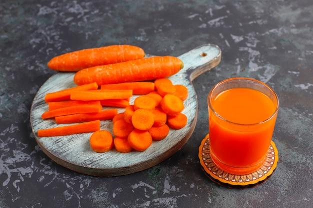 Świeży domowy sok z marchwi.