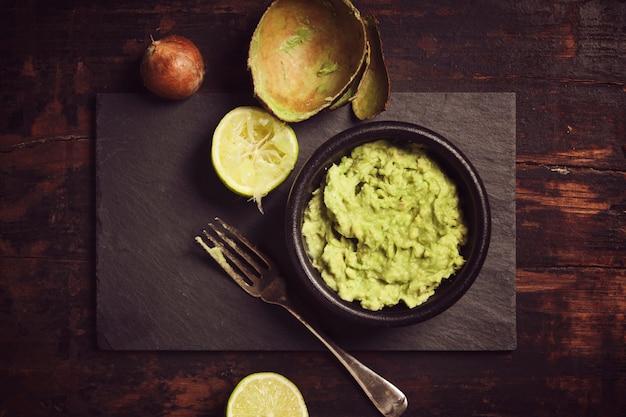 Świeży domowy sos guacomole