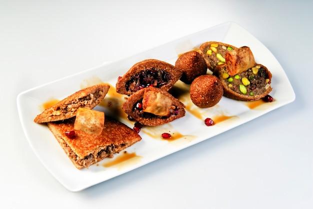 Świeży falafel z ciecierzycy z sosem tzatziki