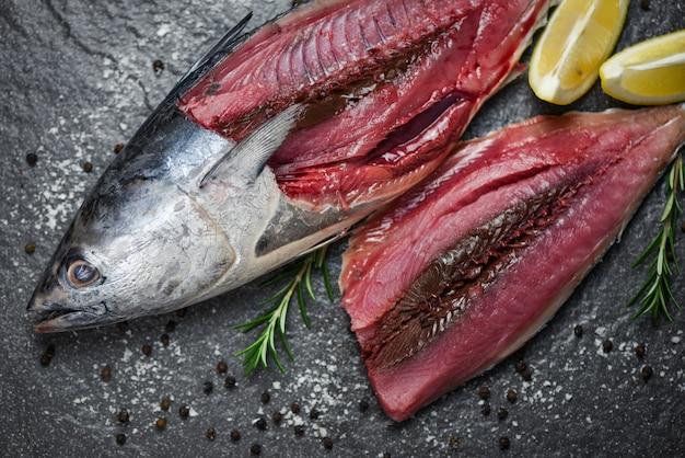 Świeży filet rybny z przyprawami ziołowymi rozmarynem i cytryną