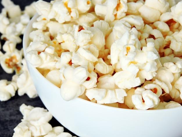 Świeży gorący domowy popcorn.