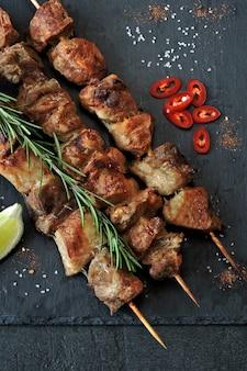 Świeży gorący kebab z rozmarynem, wapnem i chili