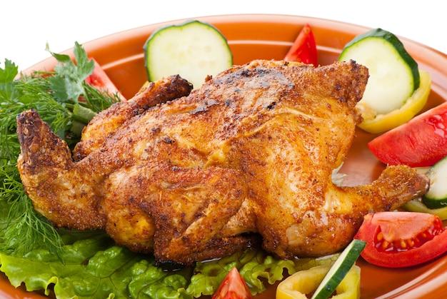 Świeży grillowany cały kurczak z warzywami