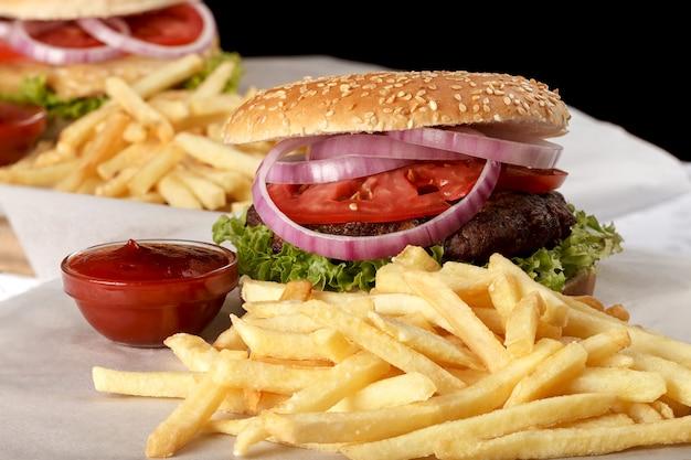Świeży hamburger z frytkami i sosem pomidorowym