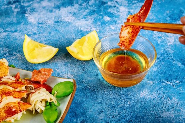 Świeży homar jedzenie na czerwonym homara obiadowym owoce morza