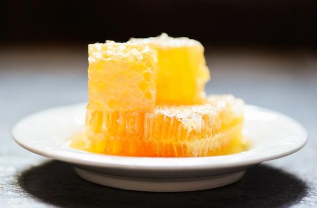 Świeży honeycomb na bielu talerzu