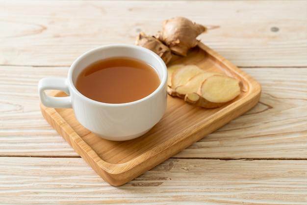 Świeży i gorący szklany sok imbirowy z korzeniami imbiru - zdrowy styl napoju