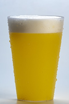 Świeży i mrożony sok ananasowy - zdrowy napój na białym tle.