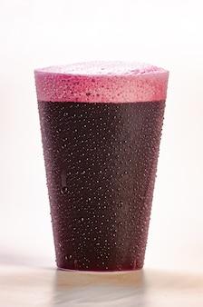 Świeży i mrożony sok winogronowy - zdrowy napój na białym tle.