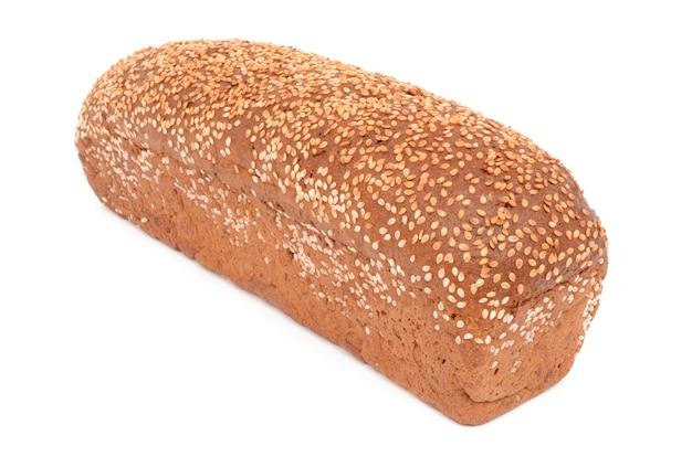 Świeży i smaczny chleb na białej powierzchni na białym tle