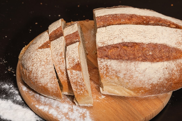Świeży i smaczny chleb na drewnianej desce