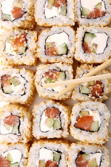 Świeży i smaczny roll sushi