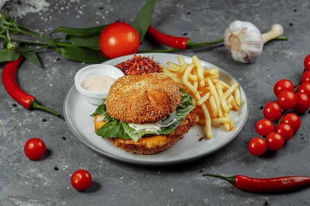 Świeży i smażony burger rybny z warzywami