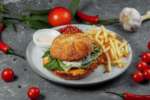 Świeży i smażony burger rybny z warzywami.