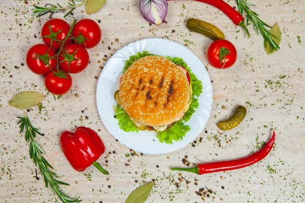 Świeży i soczysty hamburger. pyszny burger z serem na rustykalnym drewnianym stole