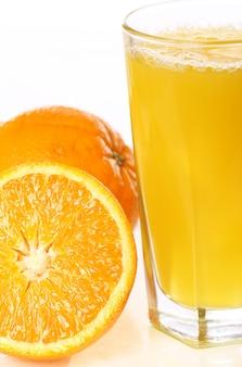 Świeży i zimny sok pomarańczowy