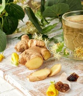 Świeży imbir i przezroczysty kubek z herbatą ziołową