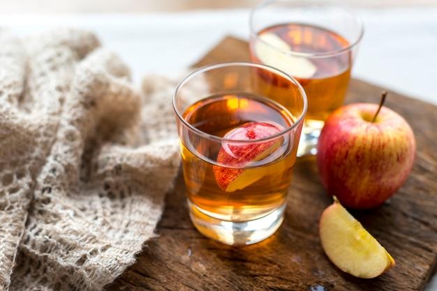 Świeży jabłczanego soku zakończenie up strzelał