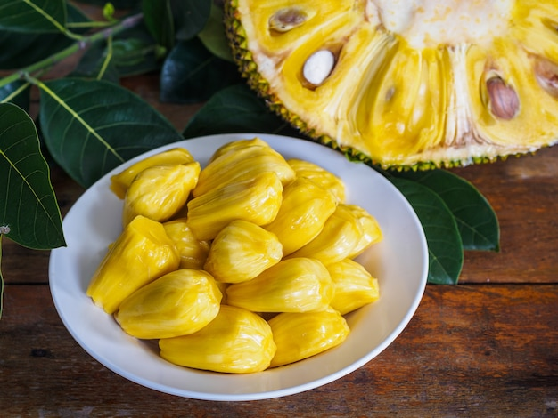 Świeży jackfruit w białym naczyniu